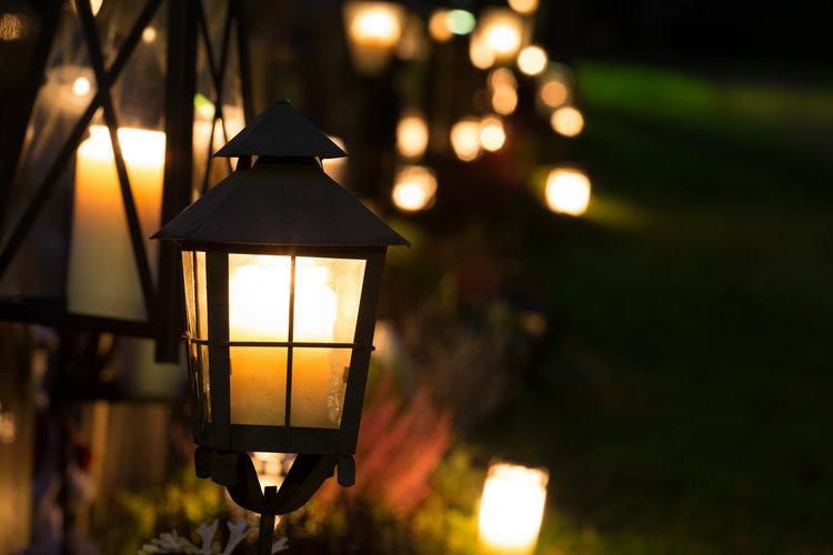 kynttilät haudoille pyhäinpäivänä
